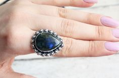 This stunning Labradorite ring has a strong dark blue streak in the labradorite and has a 925 silver overlay. From our Free Spirit rangeSIZE P