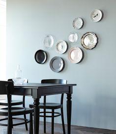 Deine Zimmerwände sind noch ein wenig nackt? Wir finden diese Technik sehr spannend, bei der eine Sammlung ähnlicher Objekte (wie hier verschiedene Teller, u. a. FRODIG Teller aus Klarglas) an der Wand eine kreative Collage bilden.