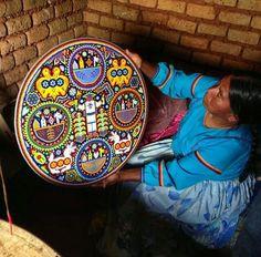 Cultura Huichol, Nayarit, México Aztec Empire, Mexico Art, Unusual Flowers, Mexican Designs, Visit Mexico, Arte Popular, Mexican Folk Art, Animal Jewelry, Bead Art