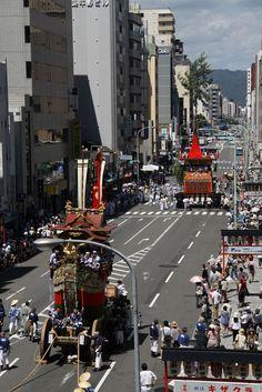 手前に船鉾。遠くに南観音山。 祇園祭 京都 kyoto gion festival Kyoto, Times Square, Street View, Travel, Events, Viajes, Destinations, Traveling, Trips