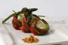 Il peperone, la zucchina e l'acciuga abbracciano la mozzarella di bufala, in compagnia degli asparagi e del crumble di pane