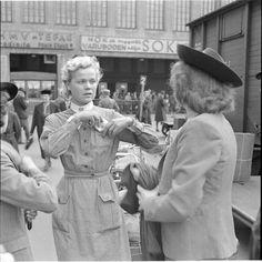 Avopäinen lotta Helsingin asemalla pistää henkilöllisyystodistusta taskuunsa  Helsinki 1941.06.20. SA-kuva.