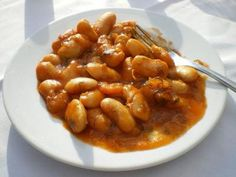 Healthy, full of fiber and filling, gigantes plaki (γίγαντες πλακί), is a common mezze all over Greece. Gigantes, or giant white beans, are slow-baked in a tomatoey sauce until they are creamy and caramelized. The beans — also called gigandes, yigandes, elephant beans or butter beans — can be substituted with lima beans. The Turkish version uses red beans.