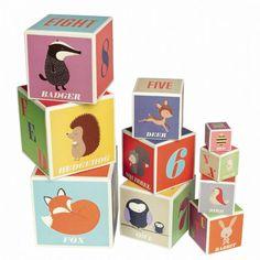 Ouderwetse, erg mooi geïllustreerde stapelblokken om uren mee te spelen (peuters zijn dol op stapelen!) of ter decoratie van de kamer. De blokken hebben prachtige afbeeldingen van oa een vosje, egel, vogel en hertje. Er staan letters en cijfers op.
