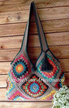 Bolsa em crochê tecida com barbante tingido. Forrada em tecido de algodão estampado; bolsos internos ; fecho imantado e tassel. Produto 100% artesanal. (VENDIDA) Crochet Handbags, Crochet Purses, Knitted Throws, Knitted Bags, Crochet African Flowers, Granny Pattern, Knitting Patterns, Crochet Patterns, Granny Square Bag