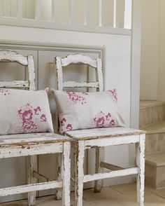LOVE these distressed chairs and shabby pillows! Casas Shabby Chic, Shabby Chic Mode, Style Shabby Chic, Shabby Chic Decor, Cottage Chic, Shabby Cottage, Cottage Style, Modern Country Style, Country Decor