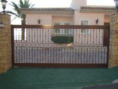 Puerta corredera residencial barrotes estilo. Murcia, Garage Doors, Deck, Outdoor Structures, Outdoor Decor, House, Home Decor, Sliding Door, Style
