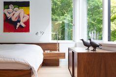 Modern minimal bedroom with platform bed and built-in bedside stands Small Master Bedroom, Master Bedroom Design, White Oak Floors, White Walls, Vancouver House, Minimal Bedroom, Small Bathroom Renovations, Journal Du Design, Pink Houses