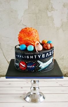Solar system cake - This one has just been picked up by a very happy young man who turned 9 today. The sun is a cake as well, covered in buttercream. The cakes are filled with white and milk chocolate cream. Cake for boy Fairy Birthday Cake, 70th Birthday, Birthday Cakes, Birthday Ideas, Happy Birthday, Solar System Cake, Nasa Party, Cake & Co, Kids Party Themes