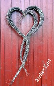 Atelier Kari naturdekorasjoner og kranser: Kvisthjerter mange vil ha. Outdoor Christmas Decorations, Flower Decorations, Valentine Wreath, Valentines, Barn Board Wall, Willow Wreath, Willow Branches, Nature Crafts, Barn Wood
