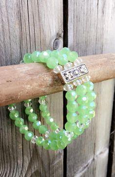 Ce 3-teir vert et Perle en cristal blanc un-taille-s'adapte plus Bracelet élastique est fait avec des perles de cristal vert menthe! A porter avec une tenue décontractée mignone ou porter pour une nuit sur la ville. Garder pour vous-même ou le donner comme un cadeau-à vous de décider