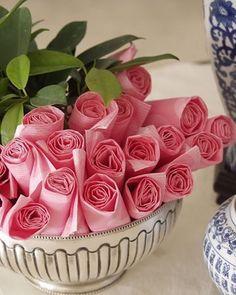 Já pensou em arrumar os guardanapos assim? Fica parecendo um arranjo de flores. #comoreceber #flowers #guardanapos #decor