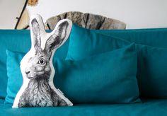 Welch´ süßer Feldhase hat es sich hier gemütlich gemacht? Der illustrierte Hase wurde mit Bio-Farben auf Bio-Stoff gedruckt und ist ein echter Hingucker sowohl im Kinderzimmer als auch am Sofa. Ausserdem kann man ihn wunderbar als Kuschelkissen nutzen. #hare #hase #illustration #art #zeichnung #kunst #cushion #pillow #children #adults #organic #eco #öko #bio #gots #musthave #designthinking #interior #love #animal all rights reserved by von ERIKA www.von-ERIKA.de