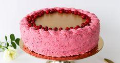 Puolukkakakku on raikas täytekakku, jossa raikas puolukkamousse yhdistyy makeaan valkosuklaakinuskiin. Puolukka-aikaan voit vielä koristella kakun tuoreilla puolukoilla. Kakusta tulee tukeva, kun kokoat sen kakkureunuksen sisään. Sweet Pastries, Desserts, Recipes, Food, Sweets, Tailgate Desserts, Deserts, Essen, Postres