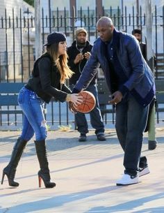 Khloe Kardashian, Lamar Odom and Kim Kardashian play ball in Queens, NY Koko Kardashian, Kardashian Jenner, Kylie Jenner, Day For Night, Girls Night, Khloe K, Lamar Odom, Jenner Family, Cutest Couple Ever