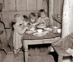 Niños comiendo su cena de Navidad durante la Gran Depresión.