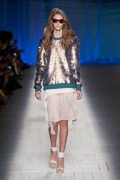 Just Cavalli Spring 2013- la camisa me encanta! pero no con esa falda!