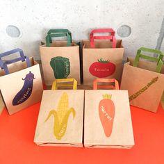 6種の野菜のミニ紙袋 Rice Packaging, Honey Packaging, Food Packaging Design, Brand Packaging, Branding Design, Vegetable Packaging, Snack Brands, Vegetable Shop, Circular Logo