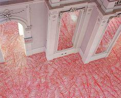 A artista plástica alemã Heike Weber, criou uma série de padrões para pisos feitos com canetinhas permanentes. Além de relembrar nossas nostálgicas brincadeiras de criança, é um trabalho muito interessante.