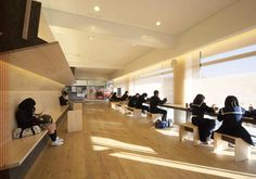 中村駅は、待合室を中心に地元産木材でリノベーションした。本数の少ないローカル鉄道駅の待合スペースは「地方の小さな駅の今後の類型」となるという評価を受けた。設計・監理者:ネクストステーションズ(nextstations)(川西康之+栗田祥弘+柳辰太郎)、施工期間:2009年11月~10年3月(写真:生田将人)