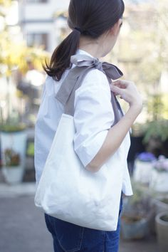 (受注製作)リネンキルティングリボンのバッグ(グレージュ) Fabric Tote Bags, Diy Tote Bag, Tote Bags Handmade, Custom Tote Bags, Handmade Handbags, Canvas Tote Bags, Japan Bag, Ballet Bag, Bow Bag