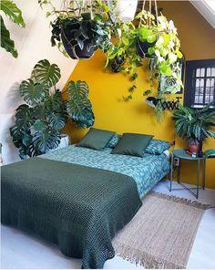 Slapen in de jungle, het kan bij Aysu van ays.style. De gele muur staat lekker in contrast met alle groene kamerplanten die in haar slaapkamer te vinden zijn. De enorme Monstera in de hoek is een echte blinkvanger en de planten die boven haar bed hangen zorgen zomers voor verkoeling. Planten hebben namelijk een luchtzuiverende werking en laten af en toe weleens een druppel vallen. Home Bedroom, Master Bedroom, Bedroom Ideas, Jungle Room, Cozy Place, New Room, Interior Inspiration, Living Spaces, Lounge