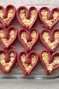 Sosisleri ucundan ayirmadan ikiye bol (haslarken kivriliyor) haslayip sekil verip kurdan takin. İcine omlet veya patatespuresi koy firinla. Onceden hazirla.