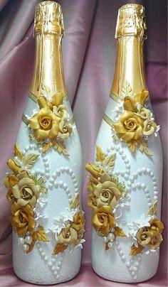 Resultado de imagen para how to fabric decoupage wine bottle Wine Bottle Vases, Recycled Glass Bottles, Glass Bottle Crafts, Diy Bottle, Beer Bottle, Wedding Wine Glasses, Wedding Bottles, Decorated Wine Glasses, Hand Painted Wine Glasses