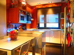 Cocina de 13 m2, impecable, de diseño con mesa comedor. Duplex Venta, Ondarreta, Donostia. Inmobiliaria Araxes - 943 211 022 - 696 497 566. Ref: D31608 www.araxes.es social@araxes.es