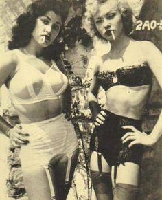 Smoking pin up girls Look Vintage, Vintage Mode, Vintage Beauty, Vintage Photos, Vintage Fashion, Vintage Denim, Vintage Woman, Vintage Cat, Retro Fashion