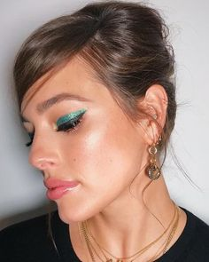 Ashley Graham Makeup artist Tobi Henney dressed up the supermodel's graphic cat eye by tracing it with a layer of green glitter. While we don't know the exact product the pro used for Ashley Graham's accent color Blending Eyeshadow, Green Eyeshadow, Ashley Graham, Glowy Skin, Flawless Skin, Quincenera Makeup, Best Makeup Sponge, Glam Glow, Ethereal Makeup