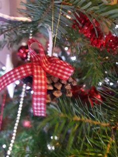 Zapfen mit karierter Schleife Christen, Christmas Ornaments, Holiday Decor, Home Decor, Bow, Trees, Xmas Ornaments, Homemade Home Decor, Christmas Jewelry