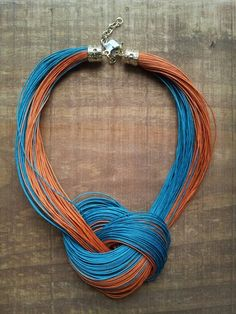 Colar feito com fio encerado! R$69,90                                                                                                                                                                                 Mais Thread Jewellery, Textile Jewelry, Fabric Jewelry, Clay Jewelry, Jewelry Crafts, Jewelry Art, Beaded Jewelry, Handmade Jewelry, Jewelry Necklaces