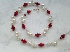 Dieses Collier aus facettiertem Glas und Muschelkernperlen sorgen für einen einzigartigen Auftritt.  Trage Deine Perlen auf einer Hochzeit, der n...