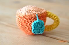 Love the colours of this Amigurumi Tea Cup Pincushion. Free pattern. Thanks for sharing xox