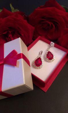 Σκουλαρίκια κρεμαστά σε κόκκινη απόχρωση Gift Wrapping, Earrings, Swarovski, Gifts, Jewelry, Products, Gift Wrapping Paper, Ear Rings, Stud Earrings