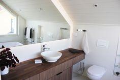 Master bathroom, in Villa Kapee log house in Finland. Modern an simply interior design by Hanna-Marie Naukkarinen. Vantaan asuntomessujen Villa Kapee kohde 26 palkittiin messujen yleisöäänestyksen 2. parhaaksi kohteeksi ja sisustus 3. parhaaksi.