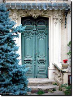 Porte monumentale verte by bleumarie (en vacances : connexion aléatoire), via Flickr