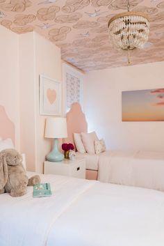 A Designer Transforms her Bestie& Boston Home Big Girl Bedrooms, Little Girl Rooms, Girls Bedroom, Bedroom Decor, Wall Decor, Wallpaper Ceiling, Room Wallpaper, Design Hall, Kids Room Design