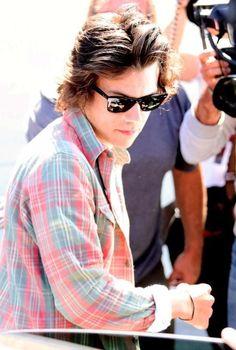 harry styles  omfg he looks so hot in pINK I