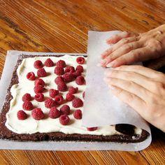 Cream Mascarpone and Raspberry Chocolate Roll Diy Ice Cream Cake, Chocolate Ice Cream Cake, Chocolate Cake Recipe Easy, Healthy Chocolate, Chocolate Recipes, Raspberry Chocolate, Cake Roll Recipes, Dessert Recipes, Tolle Desserts