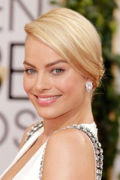 Margot Robbie let her natural beauty radiate through barely there makeup and a simple chignon. Red Carpet Hair, Simple Makeup Looks, Golden Globes, Bridal Makeup, Bridal Beauty, Hair Looks, Her Hair, Beauty Hacks, Beauty Trends