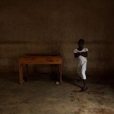 Le travail photographique que Marie Moroni a effectué au Rwanda au contact de brodeuses d'un atelier ayant repris en 2012 ses activités – interrompues en 1994 par le génocide des Tutsis -, pu…
