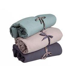 Couleurs douces et rétro pour ces tours de lit unis bleu gris, vieux rose et violet grisé. j'adore les trois couleurs ensemble