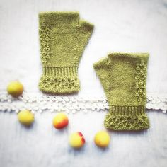 The fingerless mitts are like accessories using two stitches. Everything is worked in the round. Both mitts are worked the same (beginning, cuffs, ribs and hands) except fort he dew stitch (one and two), gusset incl. the thumb.