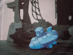 7:25 (pirata, cositas, tortuga, elefante, avión) [2004]. Cinco bordados a mano sobre transfer fotográfico en tela de algodón. 62 cm. ∅ c/u. #bordado #hechoamano #arte  #contemporaryart #postfotografia #embroidery