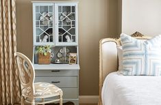 House Tour: Maggie Griffin's Classic, Family Cottage - How To Decorate Small Room Design, Family Room Design, Maggie Griffin, Apartment Interior Design, Ceiling Decor, Decorating Your Home, Decorating Ideas, Decor Ideas, Bedroom Ideas