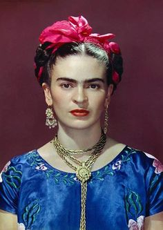 For 10 years, photographer Nickolas Muray and artist Frida Kahlo had an affair. During this time, Muray shot a colorful collection of Frida Kahlo photos. Diego Rivera, Frida E Diego, Frida Art, Frida Kahlo Artwork, Kahlo Paintings, Frida Gold, Nickolas Muray, Blue Silk Dress, Blue Satin