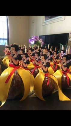 Serving Apples (Candied, Caramel or Plain Apples) for a Snow White Party Disney Princess Birthday Party, 1st Birthday Parties, Birthday Ideas, Princess Party Favors, Birthday Crowns, Cinderella Party, Themed Parties, Disney Themed Party, Princess Centerpieces
