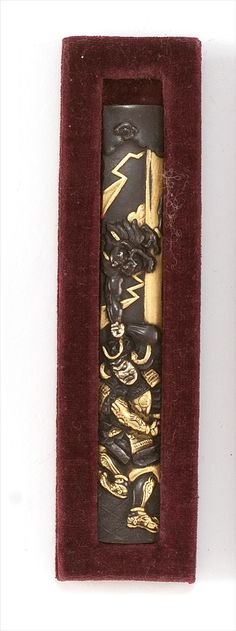 INLAID SENTOKU KOZUKA 18th/19th Century By Yanagawa Naoharu. Depicting Raiden attacking a samurai. Signed.